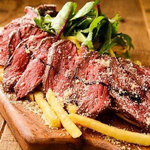 立川駅1分 本格パスタが美味しいイタリアン&スパニッシュのお店『CANTINA 立川店』でいただける、焼いた牛ミスジ肉の薄切りにシャリピアンソースがかけられたタリアータ