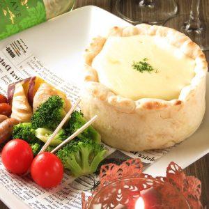 立川駅1分 本格パスタが美味しいイタリアン&スパニッシュのお店『CANTINA 立川店』で楽しめる、生地の中にチーズがたっぷり入ったお料理にお野菜が添えられている
