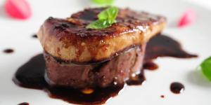 立川駅1分、本格パスタが美味しいイタリアン&スパニッシュのお店『CANTINA 立川店』でいただける、デミグラスソースがかかった牛ヒレ肉ソテーの上にフォアグラが乗ったお料理