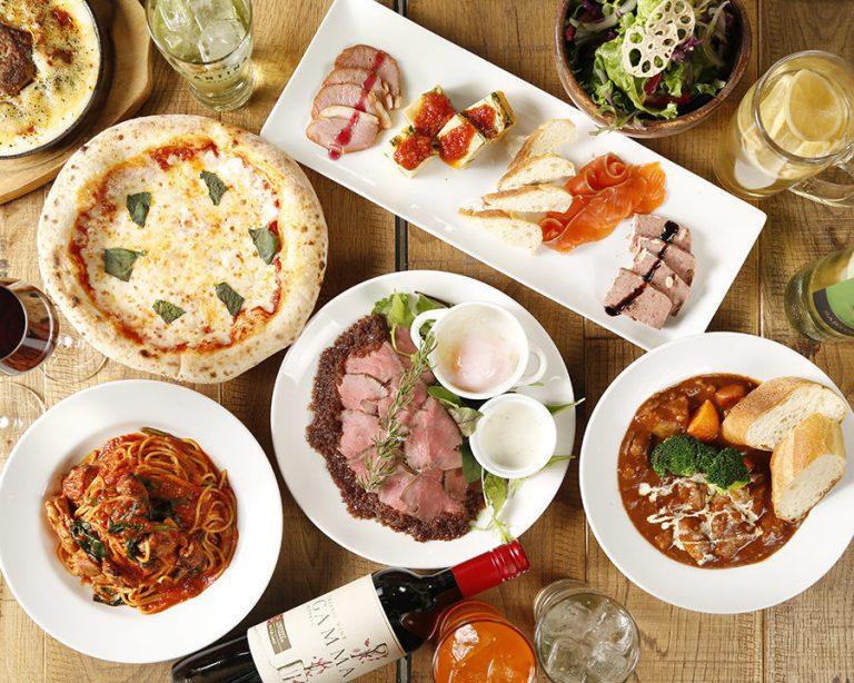 立川駅1分のイタリアン&スパニッシュのお店『CANTINA 立川店』でいただける、ピザ・ローストビーフ・パスタ等がテーブルの上にズラリと並べられた画像