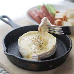 立川駅1分 本格パスタが美味しいイタリアン&スパニッシュのお店『CANTINA 立川店』でいただける、小さなフライパンの上に乗ったカマンベールに食材を絡ませるチーズフォンデュ