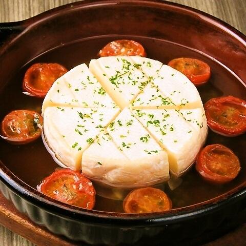 立川駅1分の、本格パスタが美味しいイタリアン&スパニッシュバル『CANTINA 立川店』でいただける、ワインのおつまみにもおすすめの〈カマンベールチーズとトマトのアヒージョ〉の画像