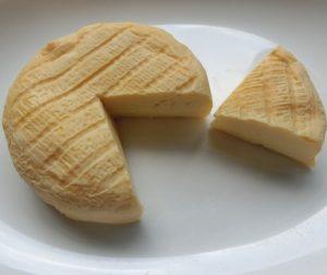 立川駅1分、本格パスタが美味しいイタリアン&スパニッシュのお店『CANTINA 立川店』でいただける〈ウォッシュチーズ〉がカッティングされた画像