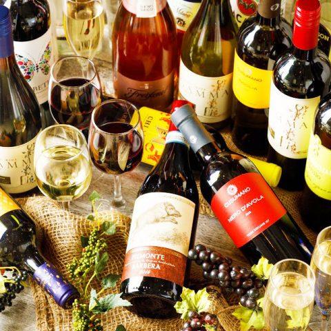 立川駅1分、本格パスタが美味しいイタリアン&スパニッシュのお店『CANTINA 立川店』で味わえる、世界各地の白ワイン・赤ワインがズラリと並べられた画像