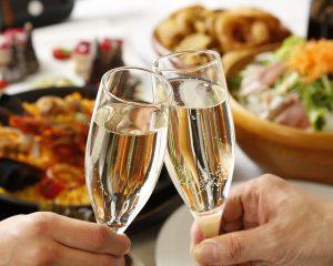 立川駅1分 本格パスタが美味しいイタリアン&スパニッシュのお店『CANTINA 立川店』にて、2人が白のスパークリングワインが入ったグラスで乾杯しているところ