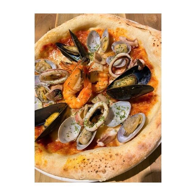 CANTINA立川の海の幸のトマトソースピザ